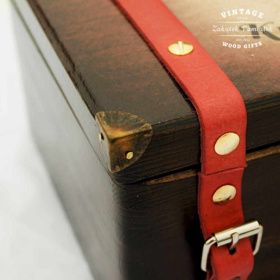 Kuferek walizka z czerwonymi paskami ze skóry
